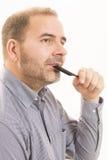 Uomo di mezza età responsabile dalla fine di alopecia di calvizile di perdita di capelli su fondo bianco Fotografia Stock