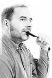 Uomo di mezza età responsabile dalla fine di alopecia di calvizile di perdita di capelli su fondo in bianco e nero e bianco Immagine Stock Libera da Diritti
