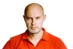 Uomo di mezza età spaventoso non rasato in una maglietta rossa studio Isolante Fotografie Stock