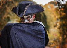 Uomo di mistero che nasconde il suo fronte con la sua mano Fotografia Stock