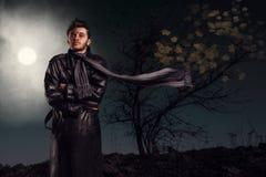 Uomo di mistero nell'ambito della luce della luna Fotografia Stock