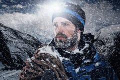 Uomo di montagna di avventura Immagini Stock