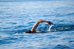 Uomo di nuoto immagine stock libera da diritti