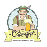 Uomo di Oktoberfest che tiene una grande tazza di birra Fotografie Stock