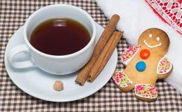 Uomo di pan di zenzero con la tazza di tè caldo Immagini Stock
