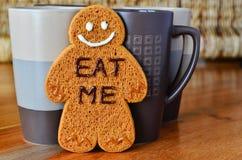 Uomo di pan di zenzero e tazze di caffè Fotografia Stock