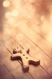 Uomo di pan di zenzero sveglio che si trova sul backgro di legno marrone meraviglioso Immagine Stock