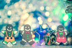 Uomo di pan di zenzero sveglio con l'albero di Natale e la scintilla confusa immagini stock