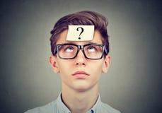 Uomo di pensiero con cercare del punto interrogativo Fotografia Stock