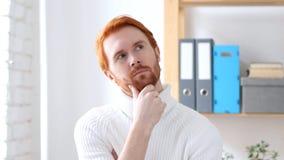 Uomo di pensiero con i capelli rossi che confrontano le idee nuova idea Fotografia Stock