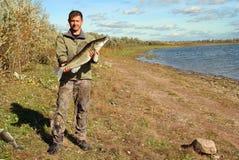 Uomo di pesca con i grandi pesci dello zander Immagini Stock Libere da Diritti