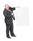 Uomo di peso eccessivo allegro con un segno in bianco Fotografia Stock