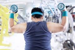 Uomo di peso eccessivo che fa forma fisica Fotografie Stock