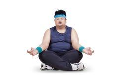 Uomo di peso eccessivo che fa meditazione Fotografia Stock