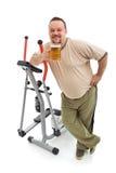 Uomo di peso eccessivo che mangia una birra dopo avere risolto Fotografia Stock Libera da Diritti