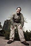 uomo di piegamento sopra sorridere Fotografia Stock Libera da Diritti