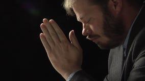 Uomo di preghiera archivi video