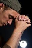 Uomo di preghiera che tiene un -2 trasversale Fotografie Stock