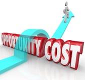 Uomo di priorità di assegnazione delle risorse di costi di opportunità che salta più Immagini Stock