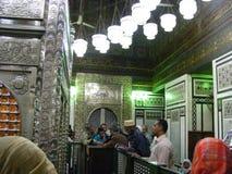Uomo di pulizia dentro la tomba santa della moschea dello zainab di sayda nell'egitto Cairo Fotografia Stock