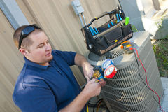 Uomo di riparazione del condizionatore d'aria Fotografie Stock