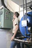Uomo di riparazione del condizionatore d'aria sul lavoro fotografie stock