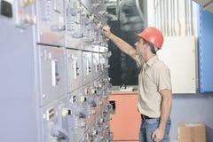 Uomo di riparazione del condizionatore d'aria sul lavoro immagine stock libera da diritti