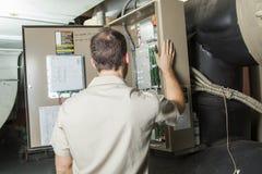 Uomo di riparazione del condizionatore d'aria sul lavoro fotografie stock libere da diritti