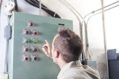 Uomo di riparazione del condizionatore d'aria sul lavoro fotografia stock