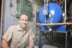 Uomo di riparazione del condizionatore d'aria sul lavoro immagini stock