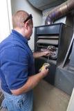 Uomo di riparazione del riscaldatore Fotografia Stock