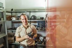 Uomo di riparazione dell'elevatore sul lavoro fotografia stock libera da diritti