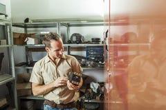 Uomo di riparazione dell'elevatore sul lavoro fotografia stock