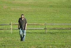 Uomo di risata che cammina nel fi Immagine Stock Libera da Diritti