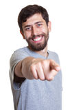 Uomo di risata con la barba che indica alla macchina fotografica Fotografia Stock Libera da Diritti