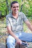 Uomo di risata con lo scomparto Fotografia Stock Libera da Diritti
