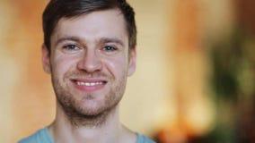 Uomo di risata felice con la barba stock footage
