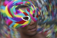 Uomo di Salvador Carnival Samba Dancing Brazilian nella maschera variopinta fotografie stock libere da diritti