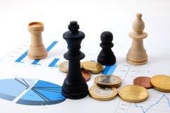 Uomo di scacchi sopra il diagramma di affari Fotografia Stock Libera da Diritti