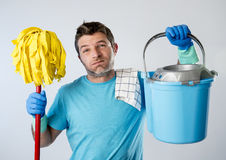 Uomo di servizio domestico o zazzera e secchio sollecitati della tenuta di lavaggio di lavoro domestico del marito fotografia stock libera da diritti