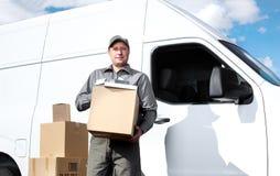 Uomo di servizio postale di consegna. Fotografia Stock