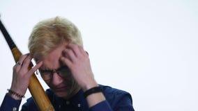 Uomo di sguardo arrabbiato con il pipistrello, isolato su un fondo bianco archivi video