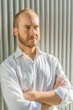 Uomo di sguardo serio Fotografia Stock