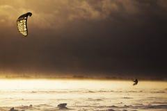 Uomo di Snowkiting che lotta con la bufera di neve Immagini Stock Libere da Diritti