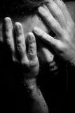 Uomo di sofferenza con il suo fronte in sue mani Fotografia Stock Libera da Diritti