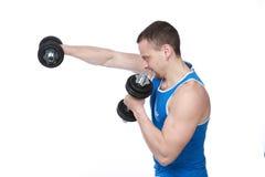 Uomo di sport che fa gli esercizi con le teste di legno Fotografia Stock Libera da Diritti