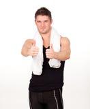 Uomo di sport con i suoi pollici fino alla macchina fotografica immagini stock libere da diritti