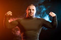Uomo di sport contro la nuvola del vape fotografie stock libere da diritti