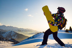 Uomo di sport in montagne nevose Fotografia Stock