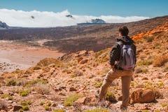 Uomo di sport sopra la montagna Canarino di Tenerife immagine stock